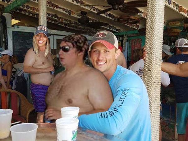 Casal pede a Internet para tirar um estranho de uma foto com o Photoshop 06