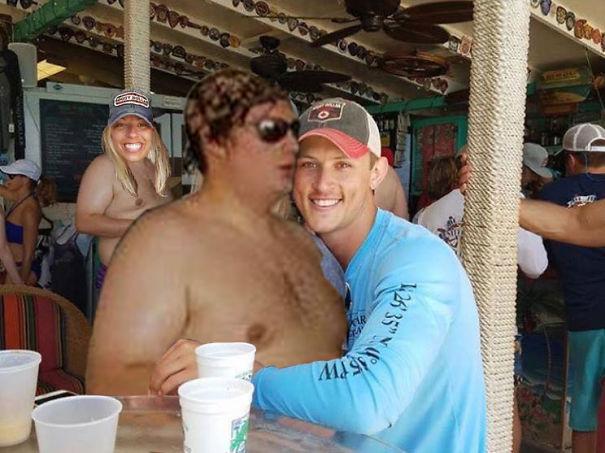 Casal pede a Internet para tirar um estranho de uma foto com o Photoshop 22