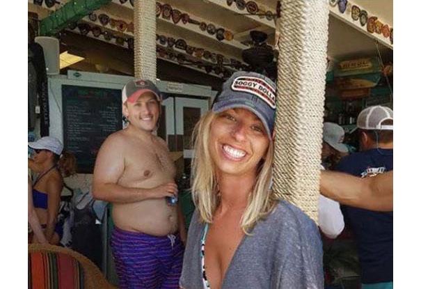 Casal pede a Internet para tirar um estranho de uma foto com o Photoshop 23