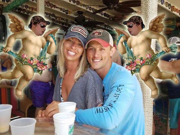 Casal pede a Internet para tirar um estranho de uma foto com o Photoshop 24