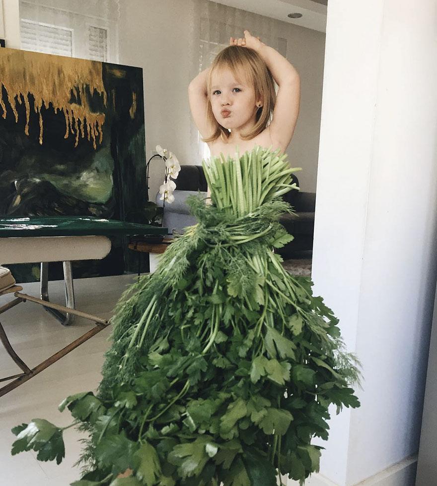 mae veste filha com legumes frutas ilusao de optica 01