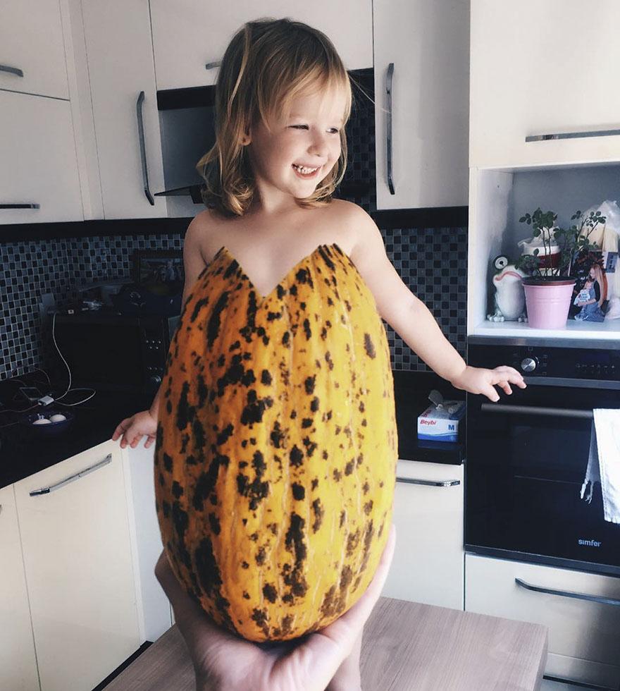 mae veste filha com legumes frutas ilusao de optica 24