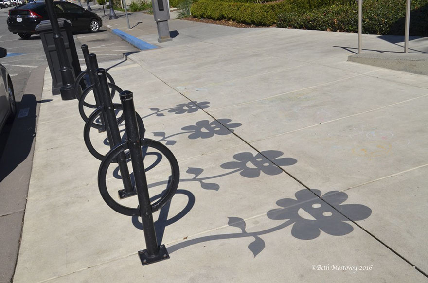 Artista pinta sombras falsas e confunde as pessoas 01