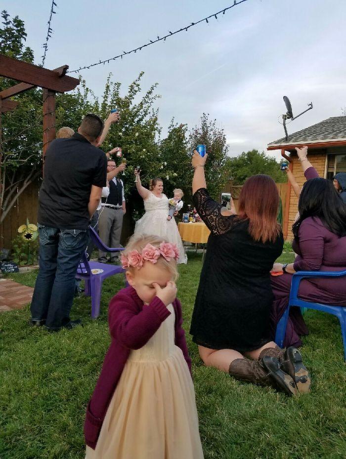 Momentos hilariantes de crianças em casamentos 01