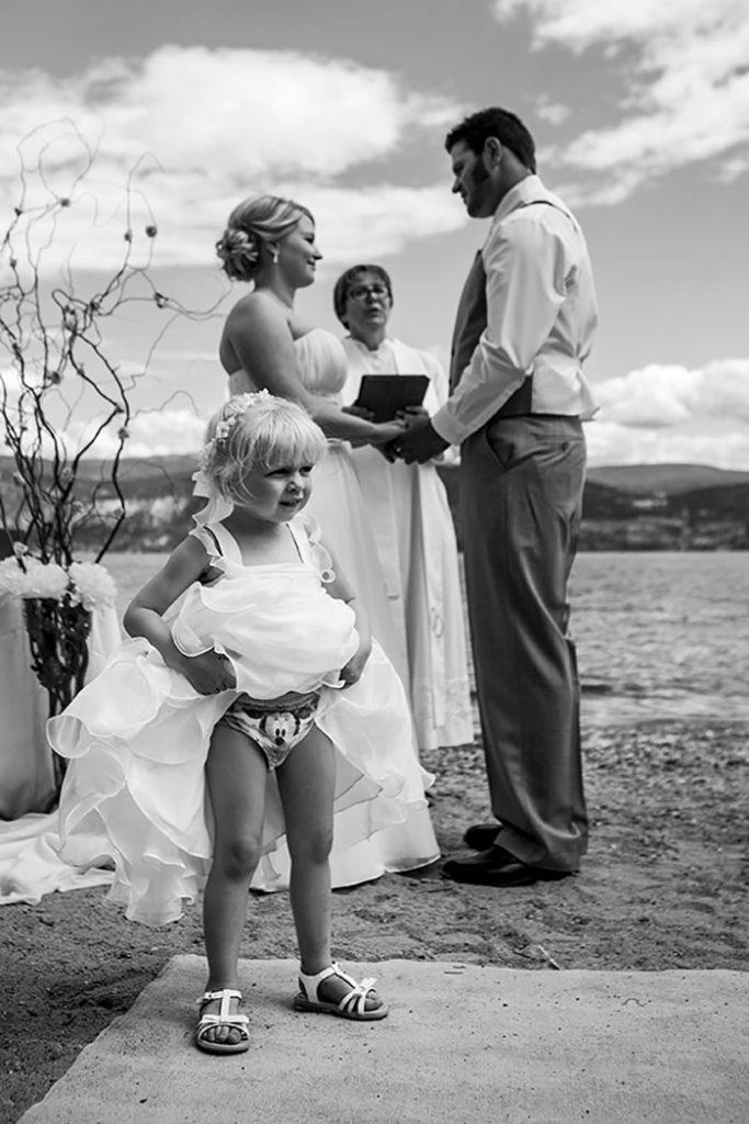 Momentos hilariantes de crianças em casamentos 03