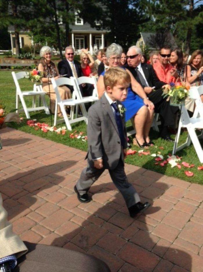Momentos hilariantes de crianças em casamentos 06